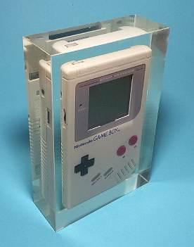 Gameboy Classic in Kunstharz eingießen. 120 x 180 x 45 mm
