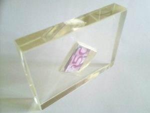 500 Euro als Hochzeitsgeschenk in eine Dose in Kunstharz eingegossen. Größe 1/4 DIN A4 x 25 mm, Dose: 50 x 50 mm (Der Geldschein wird nicht benetzt und kann nach dem Aufsägen wieder verwendet werden)